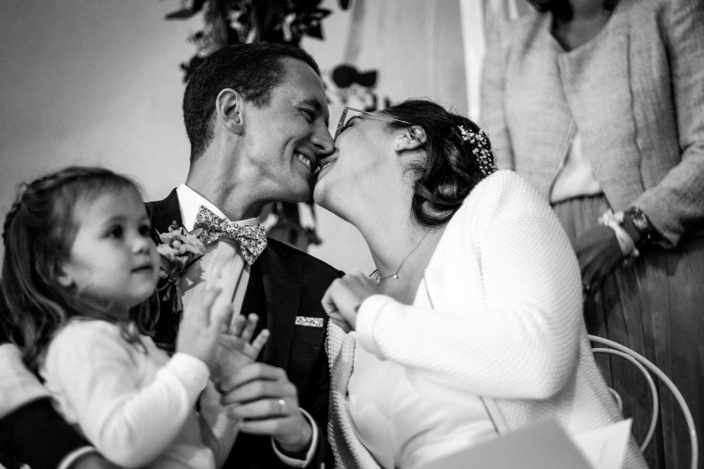 baiser-des-mariés-cérémonie-laïque